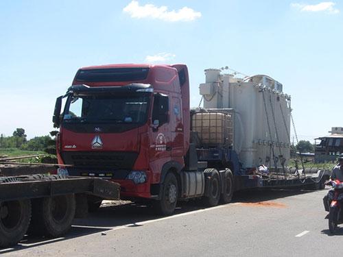 """Chiếc xe """"khủng"""" đang bị giữ tại Bình Thuận Ảnh: Bạch Long"""