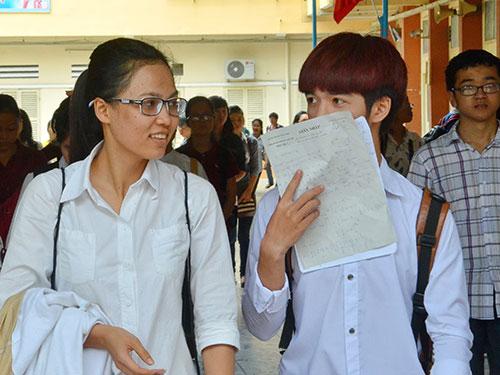 Các thí sinh thi tại Trường ĐH Khoa học Xã hội và Nhân văn TP HCM trao đổi sau khi thi môn toán vào sáng 9-7 Ảnh: TẤN THẠNH
