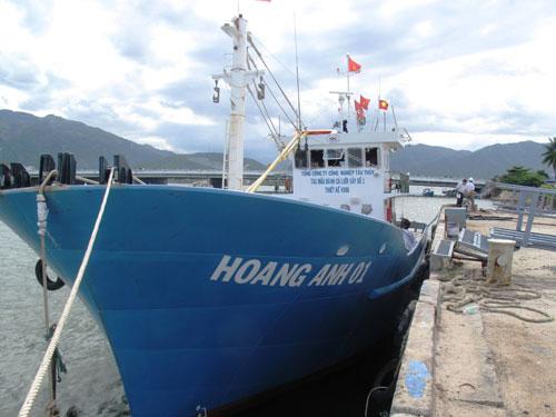 Tàu Hoàng Anh 01 được đưa về Nhà máy Đóng tàu Nha Trang để tháo dỡ máy