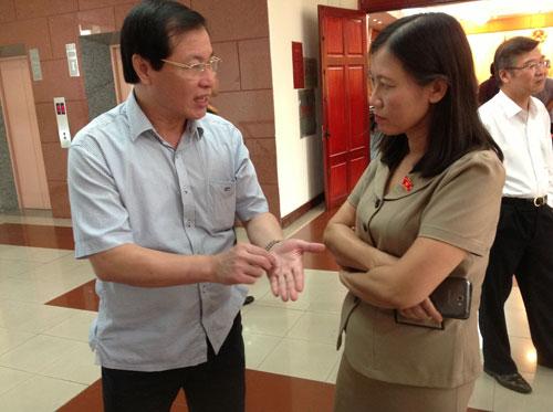 Bà Lê Thị Nga, Phó Chủ nhiệm Ủy ban Tư pháp của Quốc hội, trao đổi với lãnh đạo VKSND Tối cao bên lề buổi họp Ảnh: ĐỖ DU
