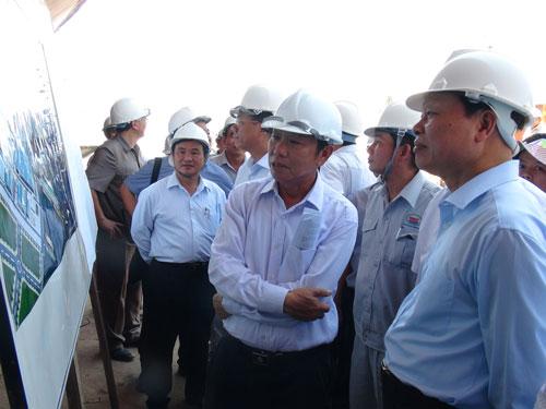 Phó Thủ tướng Vũ Văn Ninh (bìa phải) thăm xưởng đóng tàu tại tỉnh Khánh HòaẢnh: KỲ NAM