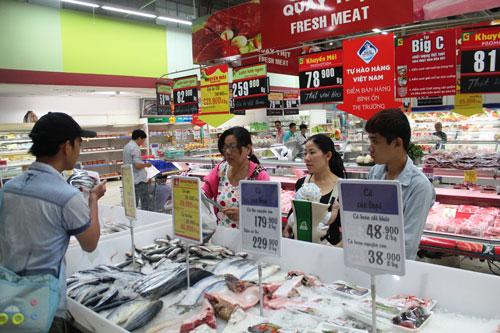 Theo các chuyên gia kinh tế, phát triển siêu thị liên quan đến quỹ đất, nguồn vốn, hệ thống cơ sở hạ tầng và cũng phải dự báo được sức mua. Trong ảnh: Khách mua hàng tại một siêu thị ở Hà Nội. Ảnh: THÙY DƯƠNG