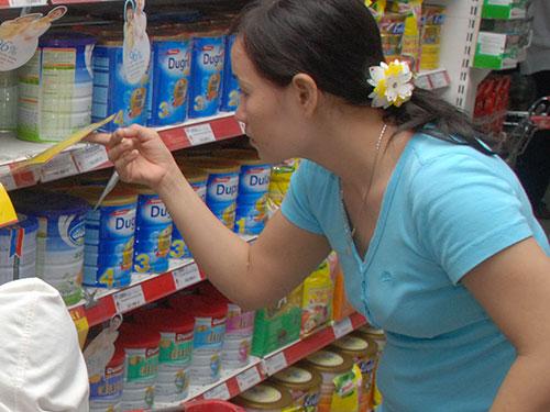 Các siêu thị đã áp dụng giá mới cho nhiều mặt hàng sữa bột dành cho trẻ em Ảnh: Tấn Thạnh