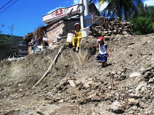 Nhiều người ở Phú Yên phải vất vả lên xuống nhà mình khi Quốc lộ 1 mở rộngẢnh: HỒNG ÁNH