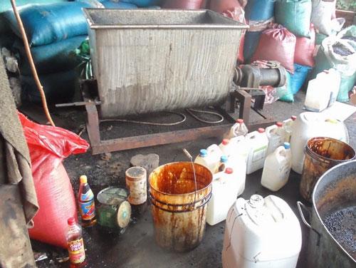 Cơ sở sản xuất cà phê Nhất Thiên bừa bãi, không bảo đảm vệ sinh. Ảnh dưới: Can đựng hóa chất có nguồn gốc Trung Quốc từ cơ sở chế biến cà phê Nhất Thiên
