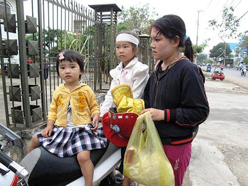 Chị Trần Thị Tâm, vợ bị hại Ngô Thanh Kiều, cùng các con cho biết quyết tâm làm sáng tỏ vụ việc