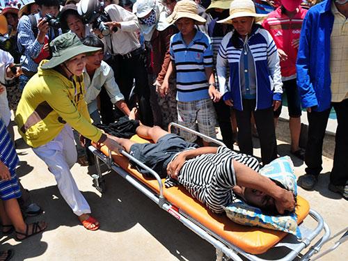 Ngư dân bị tấn công được đưa lên bờ bằng cáng cứu thương