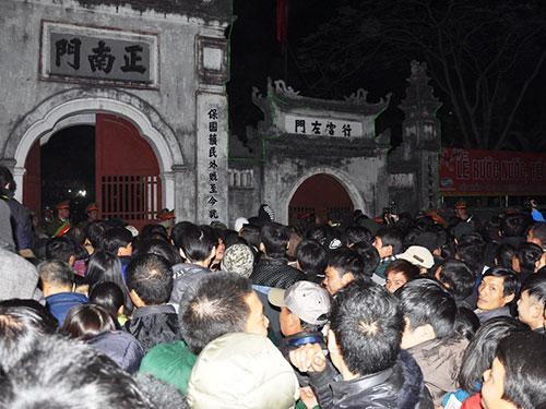 Người dân chen lấn để cướp lộc ở Đền Trần vào tối 13-2