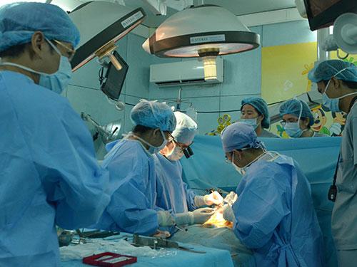 Các bác sĩ đang ghép gan cho bệnh nhi Phan Nguyễn Minh Hân