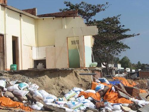 Nhiều căn nhà của người dân xã Tiến Thành và phường Đức Long (TP Phan Thiết, tỉnh Bình Thuận) bị đổ sập do sóng dữ Ảnh: Bạch Long