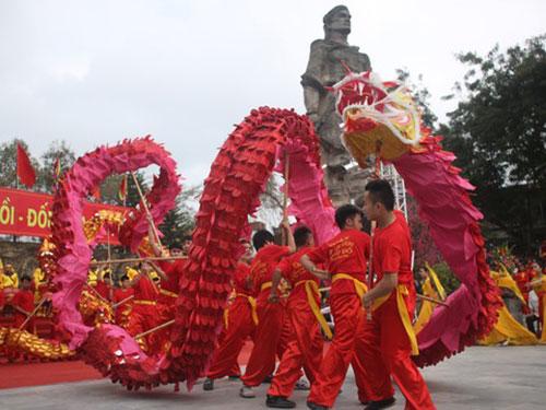Màn múa rồng đặc sắc ngay dưới chân tượng đài vua Quang Trung tại Lễ hội  Gò Đống Đa, Hà Nội Ảnh MẠNH DUY
