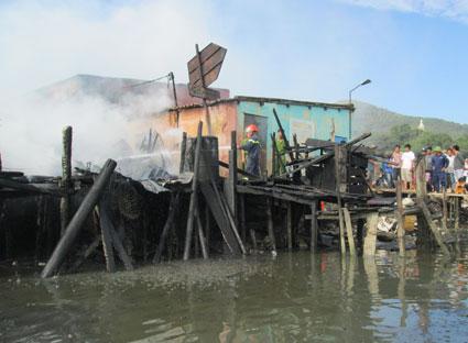 5 căn nhà tạm được làm bằng gỗ, mái lợp tôn ven sông Bến Đình (phường 6, TP. Vũng Tàu) bị cháy rụi hoàn toàn.