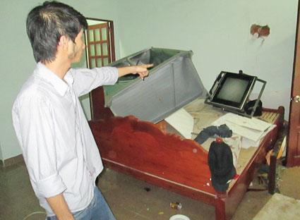 Say ma túy, Nguyễn Văn Thà đập phá tài sản trong phòng số 3 nhà nghỉ Phương Khanh và dùng dao khống chế người nhà bắt làm con tin.