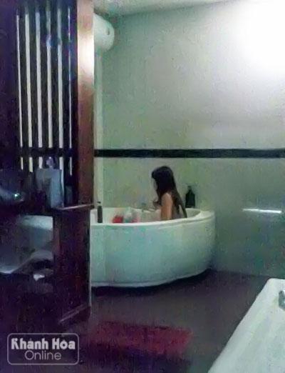 Khỏa thân để chờ khách tắm cùng.