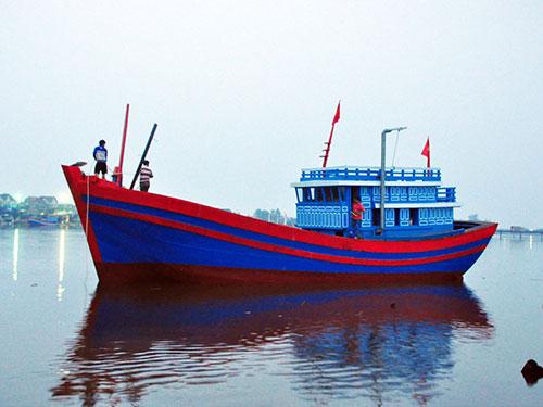 Chiếc tàu do Quỹ Tấm lòng vàng Người Lao Động trao tặng ngư dân vẫn chưa thể ra khơi do chưa thống nhất trong việc vận hành