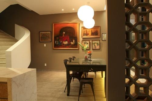 Phòng ăn sau khi cải tạo được bố trí vách ngăn và hệ đèn chiếu sáng tinh tế, mang đến cảm giác ấm cúng hơn.