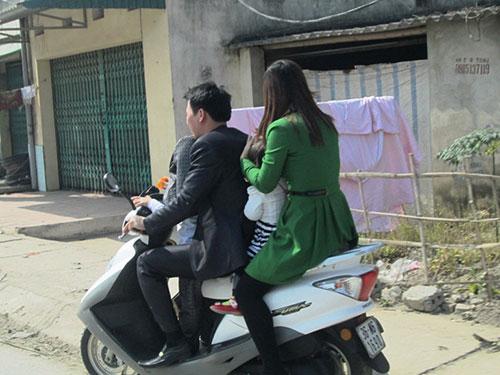 Hình ảnh người điều khiển xe gắn máy không đội mũ bảo hiểm rất phổ biến trong những ngày Tết ở tỉnh Thanh Hóa
