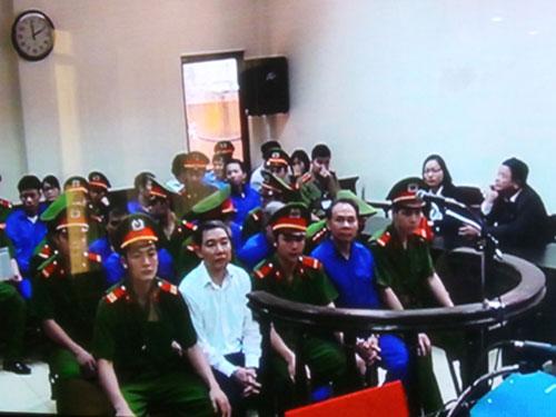 Các bị cáo chờ nghe tuyên án vào chiều 25-4Ảnh: TTXVN