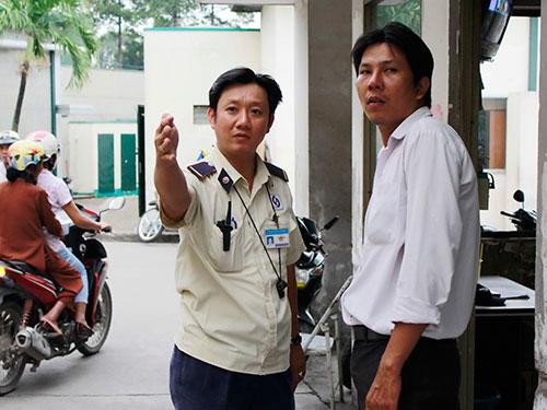 Bảo vệ Bệnh viện Nhân dân Gia Định (TP HCM) hướng dẫn đường đi cho thân nhân người bệnhẢnh: Hoàng Triều
