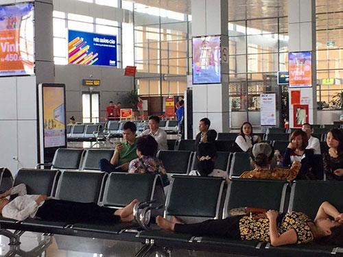 Hành khách nằm nhếch nhác ở sân bay quốc tế Nội Bài