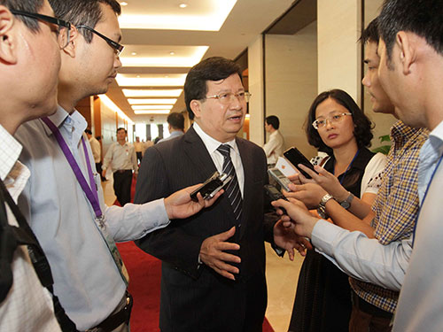 Bộ trưởng Trịnh Đình Dũng trả lời phỏng vấn báo chí bên lề Quốc hội Ảnh: TTXVN