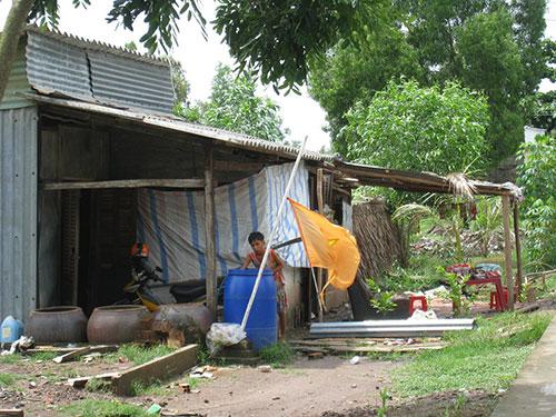 Một hộ dân ở tỉnh Cà Mau hứng nước mưa từ tấm lợp có chất amiăng Ảnh: DUY NHÂN