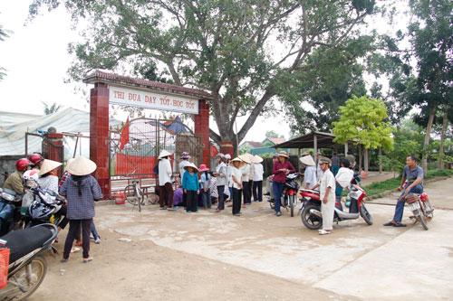 Người dân tụ tập tại Trường THCS Hương Bình