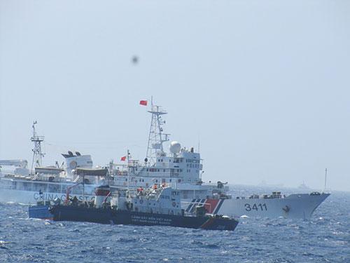 Tàu Trung Quốc ngăn cản quyết liệt tàu chấp pháp Việt Nam làm nhiệm vụ trên vùng biển Hoàng Sa Ảnh HOÀNG DŨNG