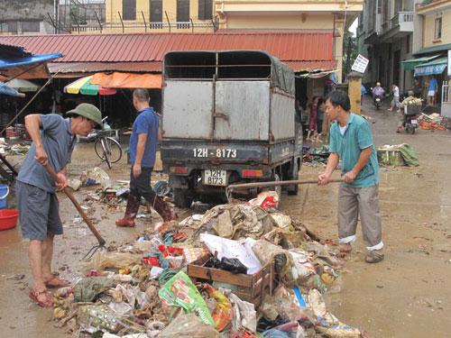 Thu dọn rác thải và phế liệu ở chợ Giếng Vuông (TP Lạng Sơn, tỉnh Lạng Sơn) ngày 21-7Ảnh: THẮNG TRUNG