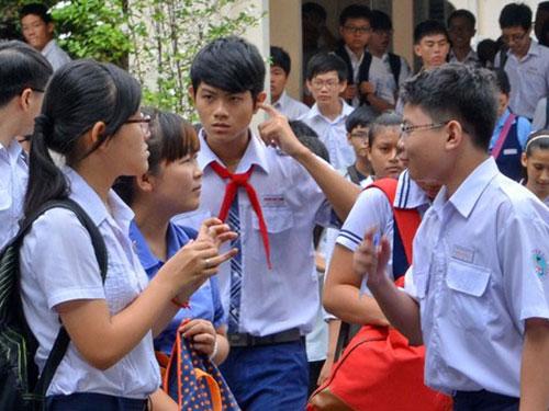 Thí sinh dự thi vào lớp 10 Trường THPT chuyên Lê Hồng Phong (TP HCM) sáng 21-6 Ảnh: Tấn Thạnh