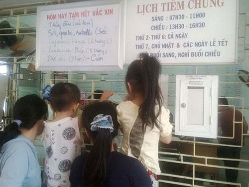 Trung tâm Y tế dự phòng Đà Nẵng treo bảng thông báo tạm hết vắc-xin các loại  Ảnh: Quỳnh Châu
