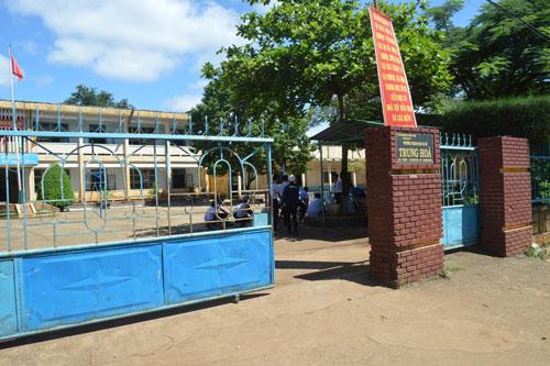 Trường THCS Trung Hòa (tỉnh Đắk Lắk) là nơi có hàng trăm học sinh đã ra trường nhưng vẫn chưa nhận được tiền hỗ trợ học tập