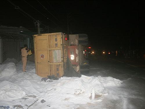 Chiếc xe chở baoxite lật làm chết người ở Lâm Đồng tối 20-9 Ảnh: Thạch thảo