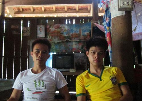 Anh Vi Văn Du (trái) và anh Vi Văn Thiết có một thời gian làm việc chui cực nhọc tại Trung Quốc