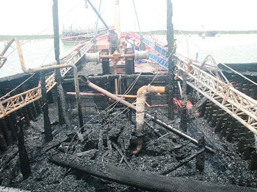 Chiếc tàu có giá trị hơn 4 tỉ đồng của ngư dân Phạm Việt bị thiêu rụi
