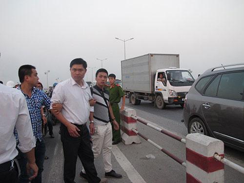 Bác sĩ Nguyễn Mạnh Tường (giữa) bị truy tố 2 tội danh với tổng hình phạt không quá  10 năm tù