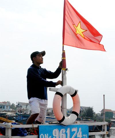 Ngư dân Huỳnh Tấn Cảm, thuyền viên tàu QNg - 96147 TS, chuẩn bị tiếp tục ra Hoàng Sa đánh bắt Ảnh: Tử Trực