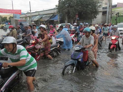 Đường Tân Hóa, quận 6, TP HCM ngập nặng sau cơn mưa chiều 1-10 Ảnh: LƯƠNG SƠN