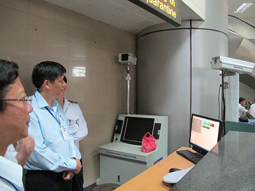 Kiểm tra thân nhiệt hành khách tại sân bay quốc tế Nội Bài (Hà Nội) để phát hiện dịch bệnh