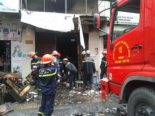 Dọn dẹp hiện trường sau vụ cháy Ảnh: Tân Tiến