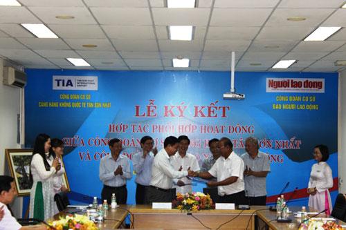 Đại diện Công đoàn Cảng Hàng không quốc tế Tân Sơn Nhất ký kết phối hợp với Công đoàn Báo Người Lao Động