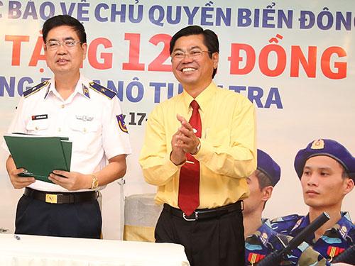 Ông Đặng Phước Thành, Chủ tịch HĐQT Vinasun (bìa phải), trong buổi trao tiền của công ty cho đại diện Cảnh sát biển Việt NamẢnh: Vĩnh Tùng