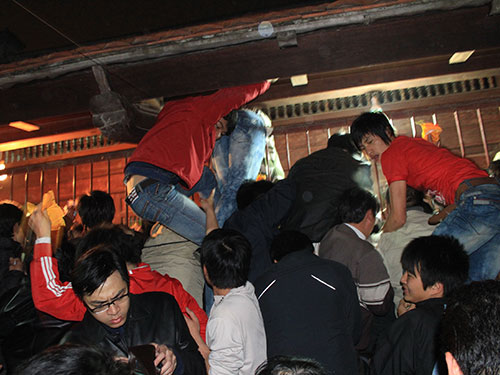 Chen nhau mua ấn đền Trần diễn ra vào mỗi mùa lễ hội