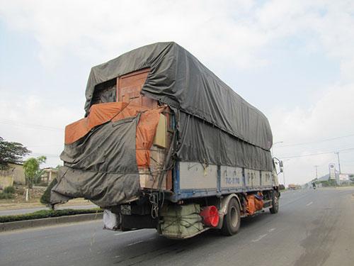 Xe tải cơi nới, chở cồng kềnh sáng 26-3 trên Quốc lộ 14B qua TP Đà Nẵng Ảnh: HOÀNG DŨNG