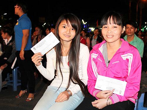 Công nhân các KCX-KCN TP vui mừng khi cầm trên tay tấm vé xe nghĩa tình do tổ chức Công đoàn phối hợp với doanh nghiệp trao tặng Ảnh: THANH NGA