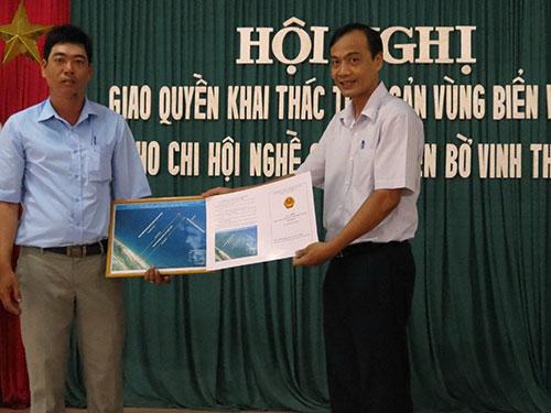 Trao giấy phép khai thác thủy sản vùng biển ven bờ cho ngư dân