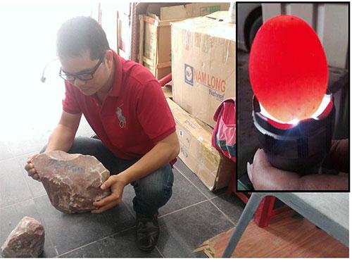 Một số mẫu đá do thương lái tên N. mang cho phóng viên xem Ảnh: VĂN HOÀNG