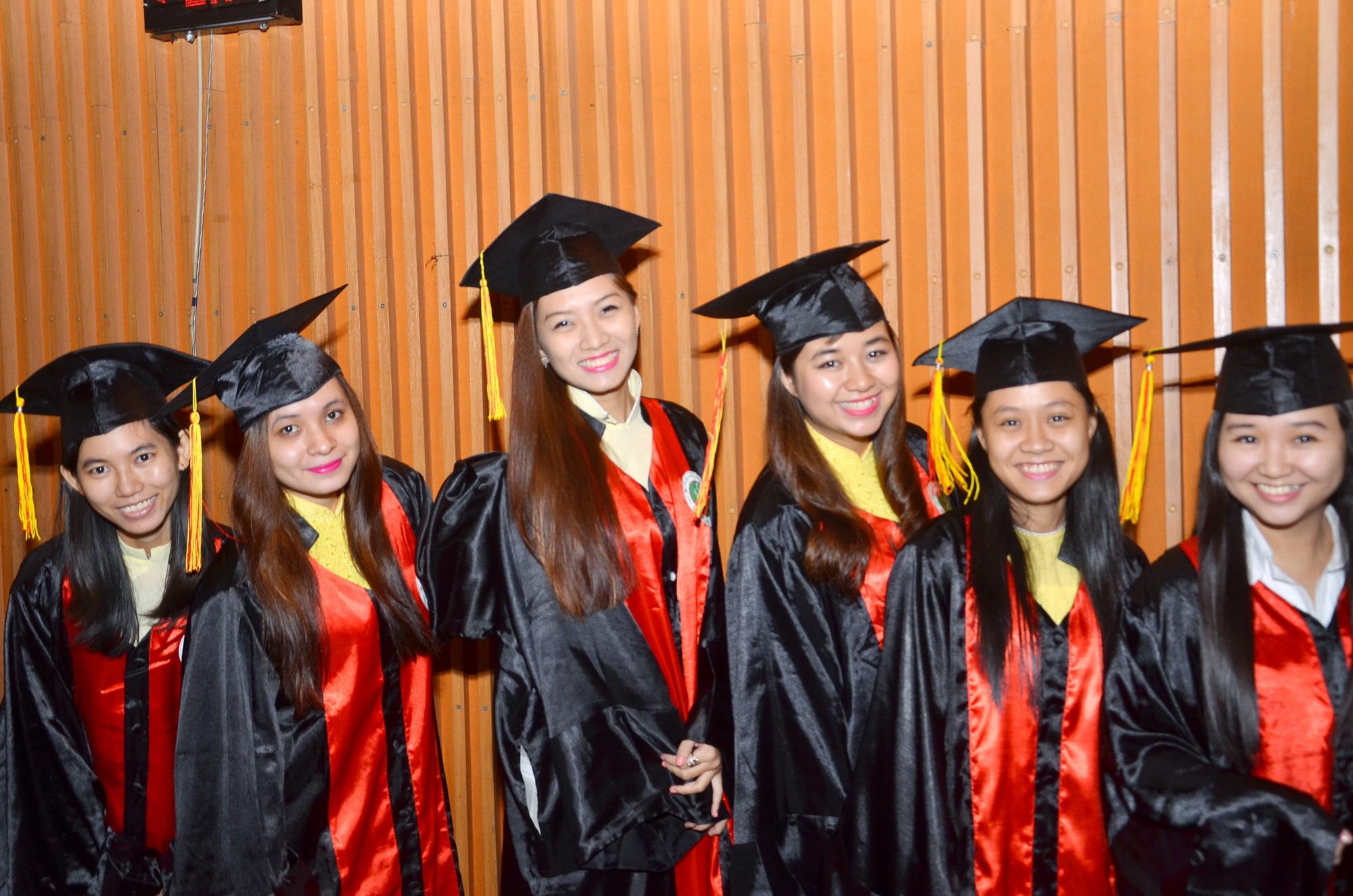 """Sau nhiều """"sóng gió"""", sinh viên Trường ĐH Hùng Vương TP HCM đã được tốt nghiệp vào tháng 8-2014. Ảnh: TẤN THẠNH"""