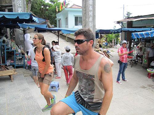 Du khách quốc tế tham quan Ngũ Hành Sơn (Đà Nẵng) vào giữa tháng 6-2014 Ảnh: HOÀNG DŨNG