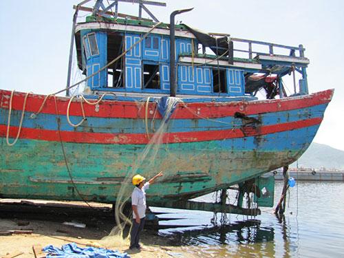 Vết hư hỏng trên tàu ĐNa 90152 của bà Huỳnh Thị Như Hoa do bị tàu Trung Quốc đâm